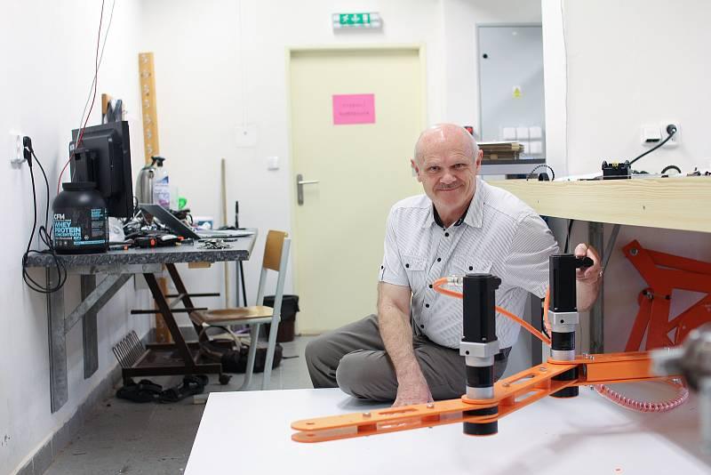 Jeden z autorů robotického ramena , docent Václav Záda.