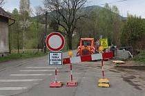 Uzavírka silnice v Oldřichově v Hájích.