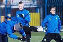 JIŘÍ FLEIŠMAN (uprostřed) mezi svými spoluhráči na včerejším podvečerním tréninku na umělé trávě v areálu stadionu U Nisy.