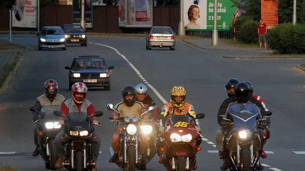 Za ničením úrody stojí hlavně motorkáři ze zahraničí.