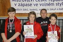 SPARTAK CHRASTAVA. Zleva: Rubeš, Janouchová, trenér Stahoň, Culek.