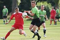 TĚSNĚ 2:1. Tolik vyhrála Krásná Studánka nad Rokytnicí. V zeleném je domácí Jan Housa.