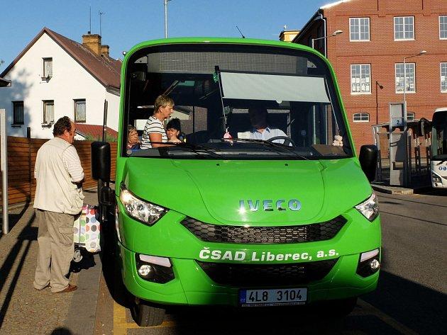 Mikrobus jezdí ve městě Frýdlant.