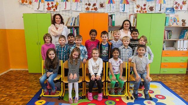Prvňáci z 1. A Základní školy Nové Město pod smrkem se fotili do projektu Naši prvňáci. Na snímku je s nimi třídní učitelka Lenka Diškantová (vlevo) a asistentka Iveta Lodeová.