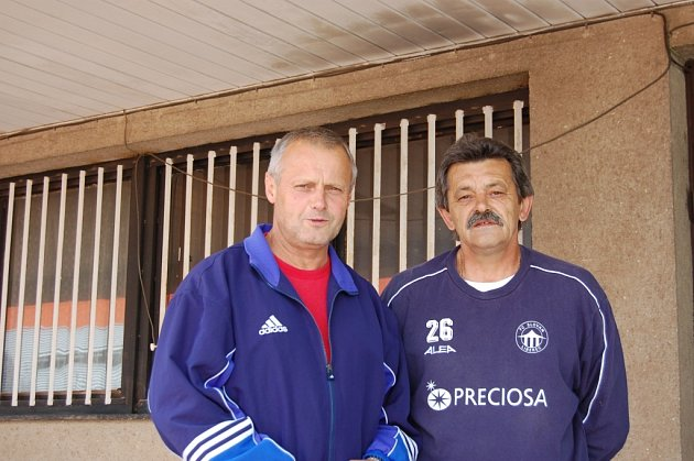 OPĚT PO LETECH U DOROSTU. Vlevo Jiří Štol a vedle Milan Chmátal.