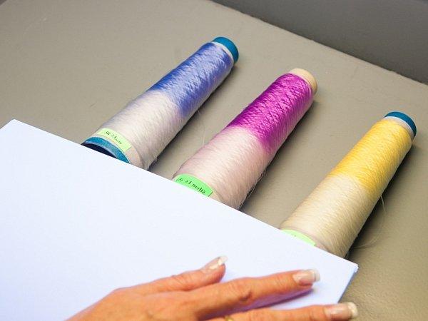 CHYTRÝ POTISK, CHYTRÁ VLÁKNA. Při slunečním svitu se změní na části šatů barva (obrázek vlevo). Vpravo jsou vlákna, jejichž jedna polovina byla ozářena UV lampičkou. Tím získala barvu.