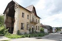 Ani nový vlastník bývalého legendárního hotelu Perun v Hejnici, z něhož se za poslední roky stala ruina a ostuda města, není schopný se stavbou cokoli udělat.