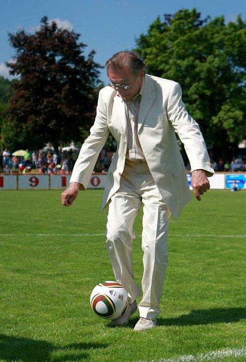 Karel Gott v neděli ukázal, že umí nejenom zpívat, ale že se neztratí ani na poli sportu