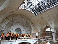 REKONSTRUKCE POTRVÁ AŽ DO JARA. Už téměř deset měsíců stavbaři rekonstruují staré městské lázně a přebudovávají je na sídlo Oblastní galerie. Včera si staveniště prošli i novináři.