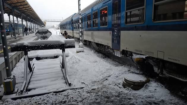 Srážka s vykolejením spěšného vlaku v Liberci.