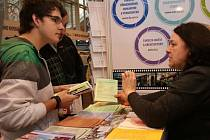 Stánek Technické univerzity obléhají také zájemci o studijní program Nanotechnologie.