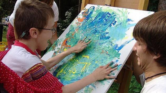 Spontánní, barevné a kompozičně zajímavé obrazy dokázaly (za pomoci asistentů) těžce handicapované děti vytvořit při pobytu ve Sněžence.