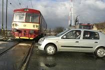PŘEJEZDY JSOU STÁLE HROZBOU. Železniční přejezdy jsou místem častých dopravních nehod. Řidiči přesto často zbytečně hazardují.