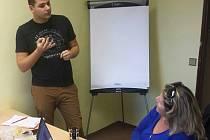 Lektor kurzu znakování Tomáš Jelínek.