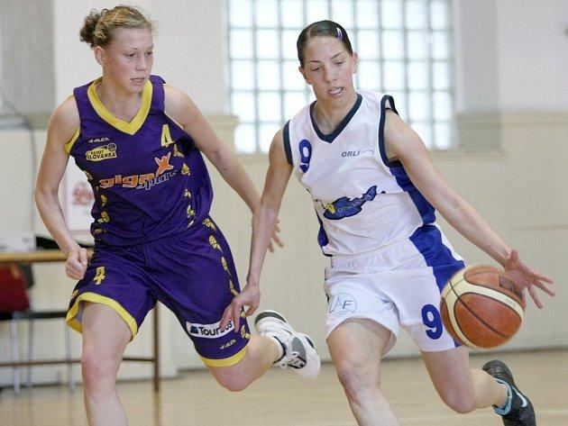 Oba zápasy žen Lokomotiva Liberec vyhrála a zachránila se. Vlevo Koubová, s devítkou domácí Rejnartová.