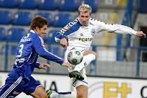 Ani krkolomný skok libereckého útočníka Blažka (vpravo) proti Dreksovi nestačil, Liberec podlehl v sobotu Olomouci 0:4 a dny trenéra Škorpila ve Slovanu byly sečteny.