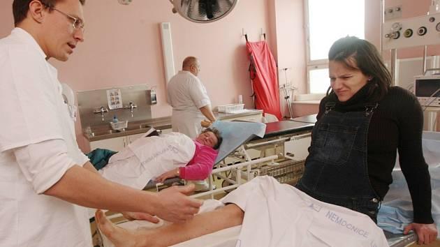 Lékaři a chirurgové v těchto dnech ošetří nadměrné množství úrazů a zlomenin. V jejich péči skončila i Barbora Svobodová z Liberce, která je v 7. měsíci těhotenství. Noha trénované baletky to odnesla natažením šlach a svalů a odjede domů jen s bandáží.