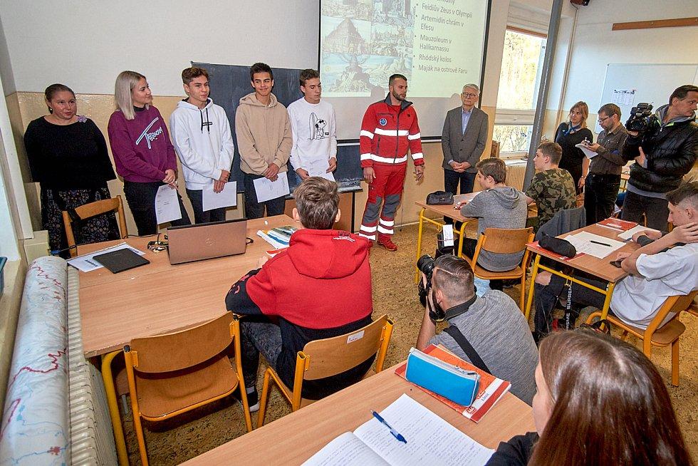 Studenti prvního ročníku střední školy v Kateřinkách byli oceněni za pomoc zraněnému muži.