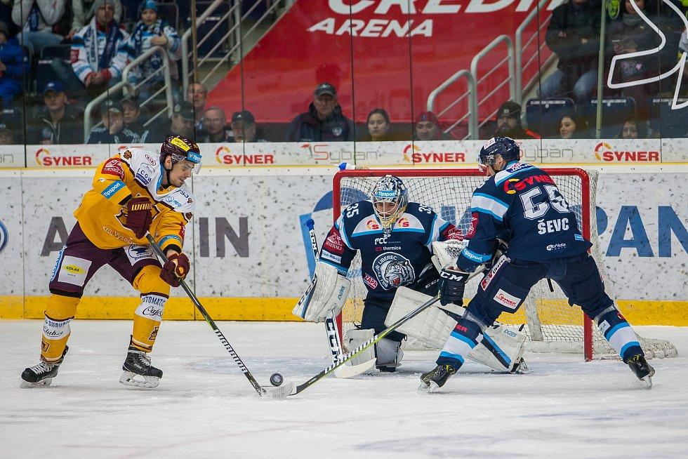 Dohrávka zápasu 11. kola Tipsport extraligy ledního hokeje se odehrála 26. února v liberecké Home Credit areně. Utkaly se celky Bílí Tygři Liberec a HC Dukla Jihlava. Na snímku zprava Martin Ševc a brankář Roman Will.