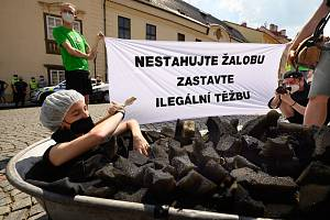 Několik desítek lidí se zúčastnilo protestního pochodu z pražského Klárova k Hrzánskému paláci, v němž jedná vláda.