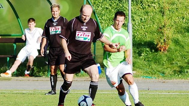 PLICHTA BÉČEK NA VOJÁCÍCH. Frýdlant B s domácím béčkem VTJ Rapid Liberec remizoval 1:1. V černém frýdlantský Stejskal, v zeleném domácí Martínek.