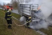 Na kraji Liberce hasili hasiči hořící auto.