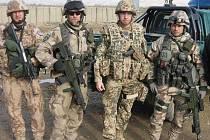 Fotografie zachycuje setkání českých vojáků se spojenci a průjezd afghánskou krajinou. Foto: npor. David P., jednotka chemické a biologické ochrany, Úkolové uskupení AČR, Afghánistán