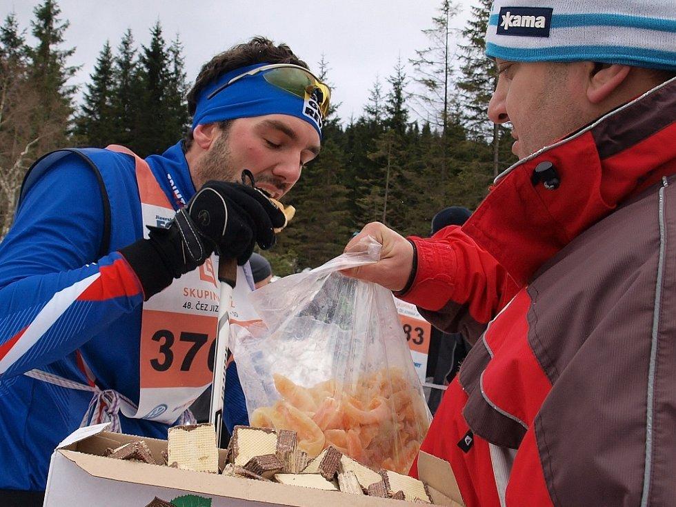 Zkrácenou Jizerskou padesátku vyhrál Pedersen, Řezáč byl sedmý. Na snímku rychlé podání občerstvení.