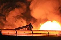 Hasiči likvidují požár v areálu bývalé textilní továrny Kolora