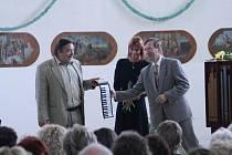PŘEKVAPENÍ. Mistr varhaní improvizace Jaroslav Tůma (vpravo) se v Bílém Kostele nenechal zaskočit a na přání Luďka Veleho vzápětí  po vyslechnutí skladby z japonské hračky zahrál stejnou melodii v daleko dokonalejším provedení. Uprostřed Adéla Velová.