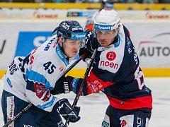 Utkání 16. kola Tipsport extraligy ledního hokeje se odehrálo 2. listopadu v liberecké Home Credit areně. Utkaly se celky Bílí Tygři Liberec a Piráti Chomutov. Na snímku zleva Jan Ordoš a Radek Duda.
