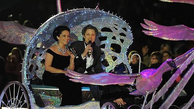 Divákům premiérového představení se naskytl nevídaný pohled na Lucii Bílou s Ondřejem Rumlem v kočáru taženém labutěmi, které mávaly křídly jako živé.