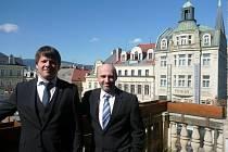 PRIMÁTOR ŽITAVY Thomas Zenker (vlevo) bude v Liberci bydlet v hotelu Praha hned vedle radnice. Osobně doufá, že se mu 14denním pobytem podaří prohloubit vztahy s Libercem.