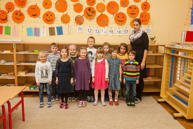 Prvňáci ze Základní školy Libere, ul. 5.května se fotili do projektu Naši prvňáci. Na snímku je snimi třídní učitelka Veronika Pozlerová.