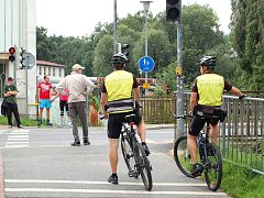POTKAT JE MŮŽETE I NA CYKLOSTEZKÁCH. Nejen po cyklostezkách jezdí liberečtí strážníci. Na kolech se vydávají také do odlehlejších rizikových částí města nebo do městských parků a lesoparků.