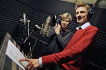 Kateřina Neumannová s Ondřejem Rumlem při nahrávání hymny.