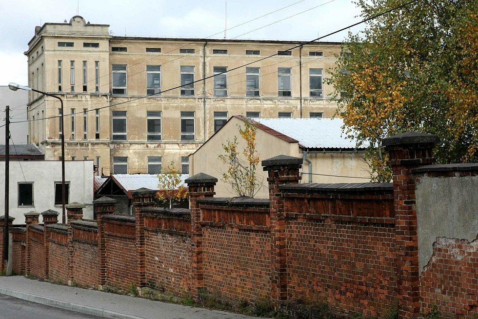 Bývalá textilní továrna byla odsouzená k zániku. Textilana v Novém Městě pod Smrkem na fotkách z roku 2008.