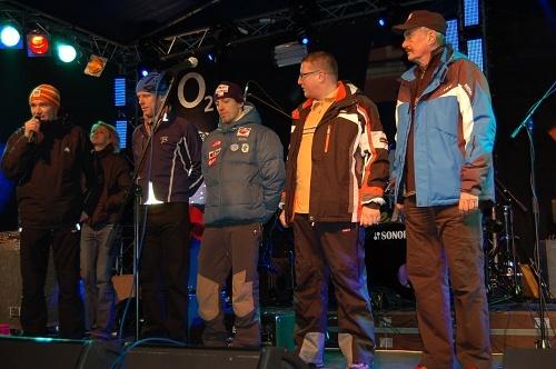 Zahájení Jizerské 50se zúčastnili (zprava) předseda senátu ČR Přemysl Sobotka, primátor města Liberce Jiří Kittner, lyžař Martin Koukal a hvězda klasického lyžování Bjorn Dahlie.