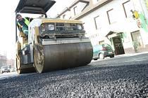 Technické služby na základě požadavků od libereckého magistrátu postupně likvidují díry, které na silnicích ve městě po zimě zůstaly.