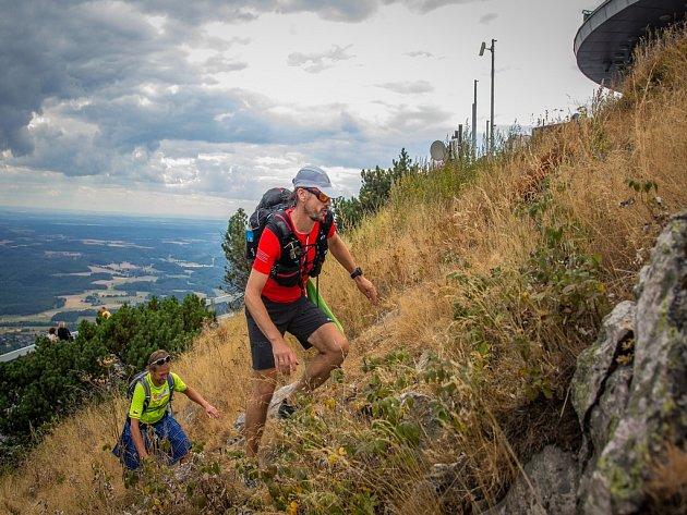 Edvard Kožušník, známý běžec a ambasador organizace Světlo pro svět, se rozhodl přeběhnout Evropu z Finska až do Španělska.  Na snímku z 14. srpna je Eda Kožušník (vpravo) a Tomáš Zahálka na Ještědu.