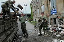 Vojáci jsou nasazováni v Chrastavě, kde pomáhají odklízet trosky vybavení z povodní postižených domů.