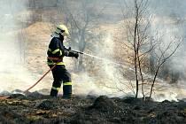 HASIČI LIKVIDOVALI POŽÁR TRÁVY nedaleko Hrabětické ulice v libereckých Kunraticích. Oheň zlikvidovali dvěma vodními proudy. Jarních požárů neustále přibývá.