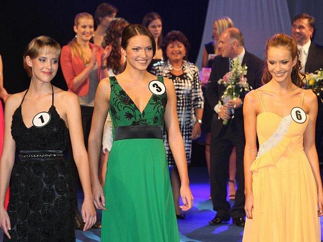 LIBERECKÉ KRÁSKY. Do semifinále postoupily (nahoře zleva) s číslem 1 Andrea Stieblingová, s číslem 3 Kateřina Chládková a s číslem 6 Šárka Sokolová. Zaujaly v plavkách i volnou disciplínou.