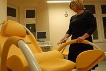 VYŠETŘOVNA. Staniční sestra Miroslava Horňáková předvádí elektricky polohovatelné gynekologické křeslo.