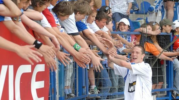 JSME VE HŘE. Milan Matula se zdraví po výhře nad Teplicemi s libereckými fanoušky