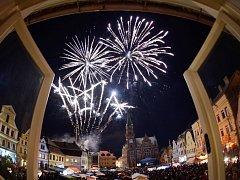 NÁMĚSTÍ VE FRÝDLANTU je srdcem města i městské památkové zóny. Na snímku je zaplněno lidmi při loňských Valdštejnských slavnostech. které vyvrcholily slavnostním ohňostrojem.