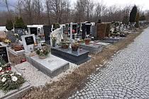 Majitelé hrobů musí odstranit kamínky, které vysypali okolo hrobů.