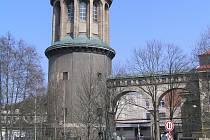 UNIKÁTNÍ STAVBA. Autorem celého souboru staveb z let 1916 - 1919 je významný architekt Leopold Bauer. V roce 1913 byl jmenován profesorem architektury ve Vídni.
