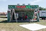 Stavba hlavní stage při přípravách na festival Benátská! v Liberci.
