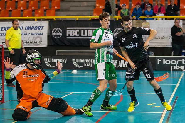 Zápas 7. kola florbalové Tipsport Superligy mezi týmy FBC Liberec a FbŠ Bohemians se odehrál  7. října v Liberci. Na snímku zprava je Tomáš Marek, Pavel Čihák a Michal Kotouček.